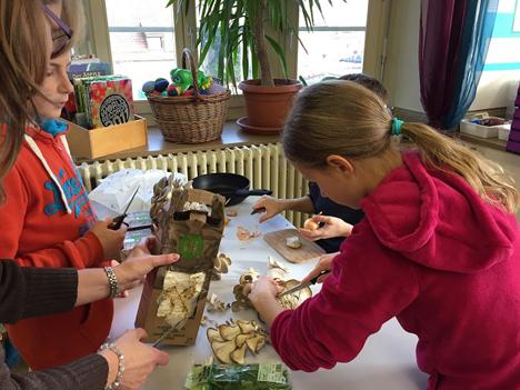 Pilzbox / Im Anhang Kinder bei der Zubereitung. Foto © VSP