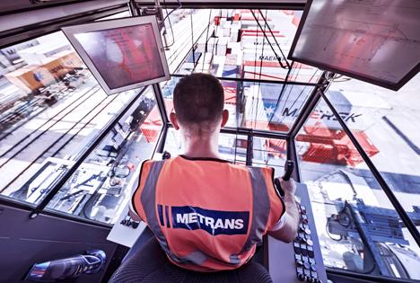 Gewerblicher Mitarbeiter steuert einen Bahnkran. Foto © HHLA / Thies Rätzke
