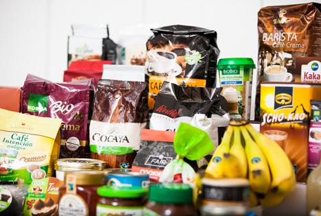 Eine Auswahl verschiedener Fairtrade-Produkte. Foto © Fairtrade Deutschland / Jakub Kaliszewski