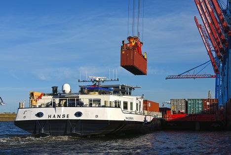 Hafen Hamburg  © HHM Hasenpusch Productions HHM binnenschiff-container juli 2021