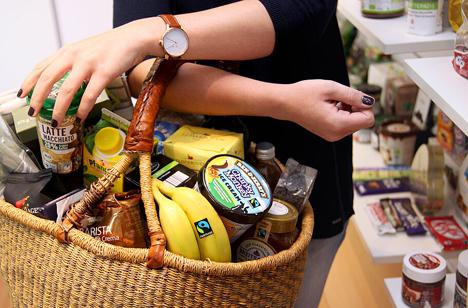 Ein Einkaufskorb voll mit Fairtrade-Produkten. Foto © Miriam Ersch | Fairtrade