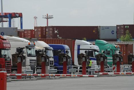 Konkrete Maßnahmen sind dabei die Verbesserung eines Slotbuchungssystems, eine Plattform zum Wenden von Import- zu Exportcontainern zur Vermeidung von Leerfahrten sowie Möglichkeiten zur Verkehrsoptimierung. Foto © HHM / Dietmar Hasenpusch