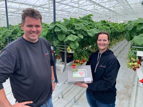 Jeroen und Nancy Peeters erhalten Gratulationen von dem Beeren-Team. Foto © The Greenery